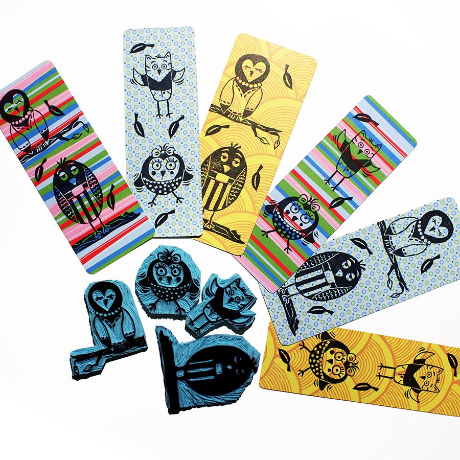 Handgeschnitzte Stempel mit verschiedenen Vogelmotiven im Cartoon-Stil. Gedruckt auf buntes Papier