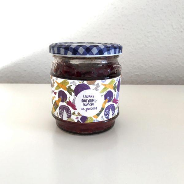 Ein Marmeladenglas, das zum Kimchi-Glas umfunktioniert und mit einem selbstgemachten Kimchi-Etikett bestückt wurde.